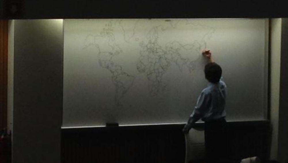 Un niño autista de 11 años dibujando un mapa