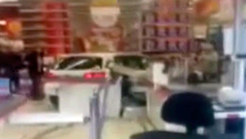Un coche se empotra contra un supermercado