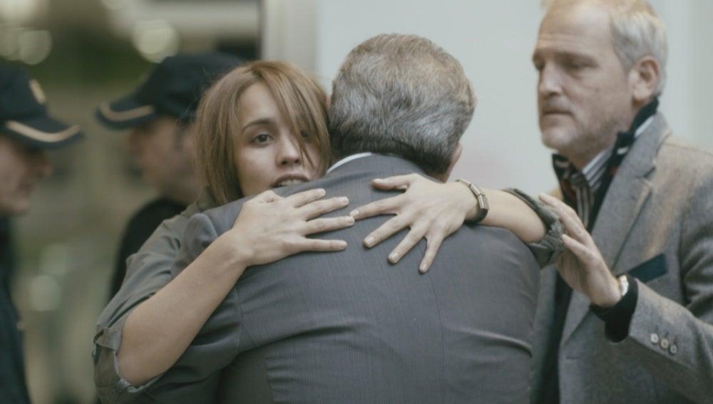 María se reencuentra con su familia en el aeropuerto