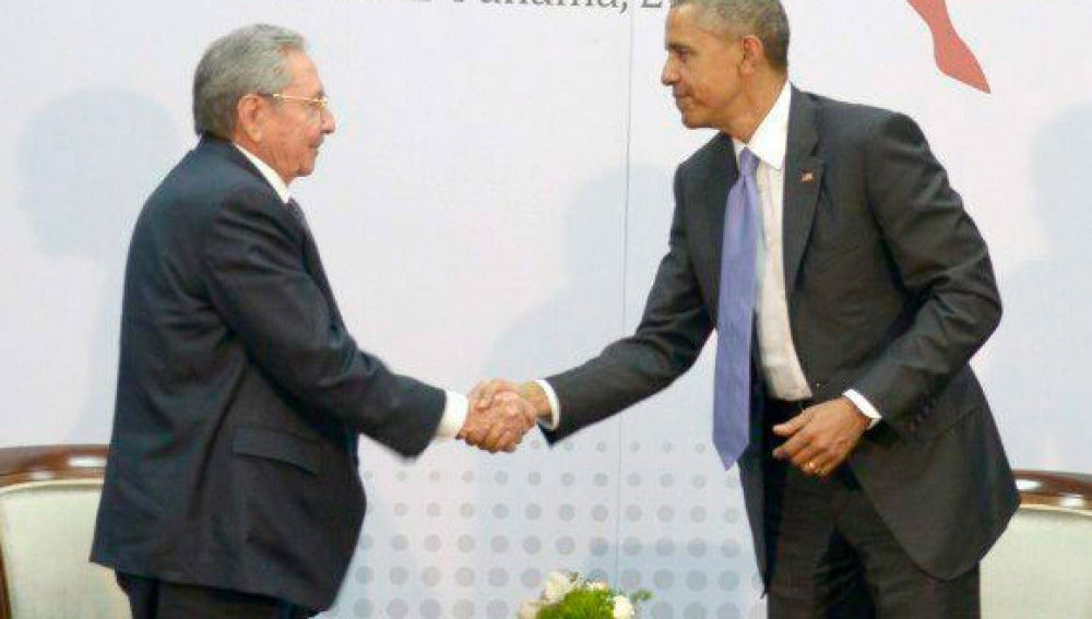 Obama estrecha la mano de Raúl Castro en una cita histórica