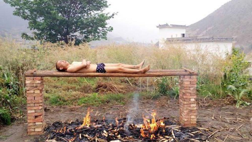 Imagen del joven chino en una de sus sesiones sobre la hoguera.