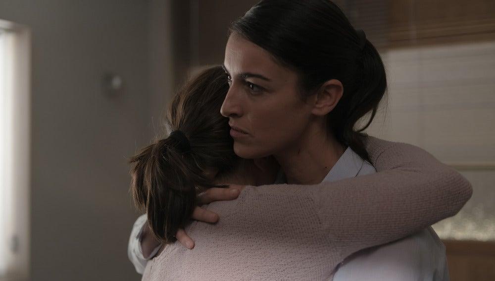 Laura abraza a Carmen