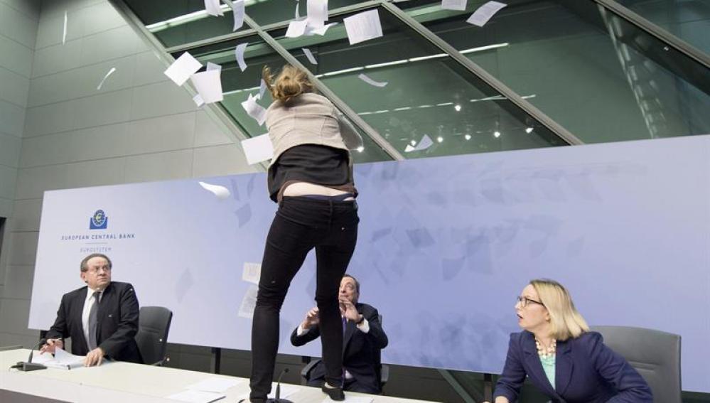 Una mujer se abalanza sobre Mario Draghi
