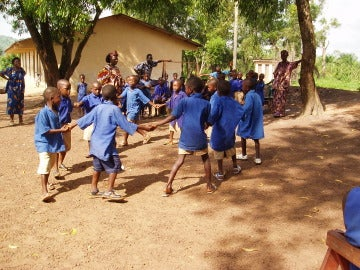 Los niños de Sierra Leona vuelven a las aulas después de ocho meses de parón por el ébola