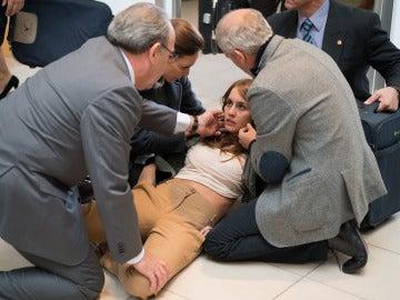 María, desmayada en el aeropuerto