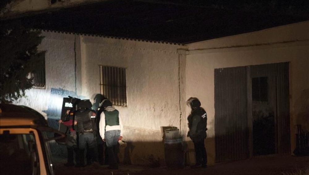 Miembros de la Guardia Civil en la casa donde se atrincheró el hombre
