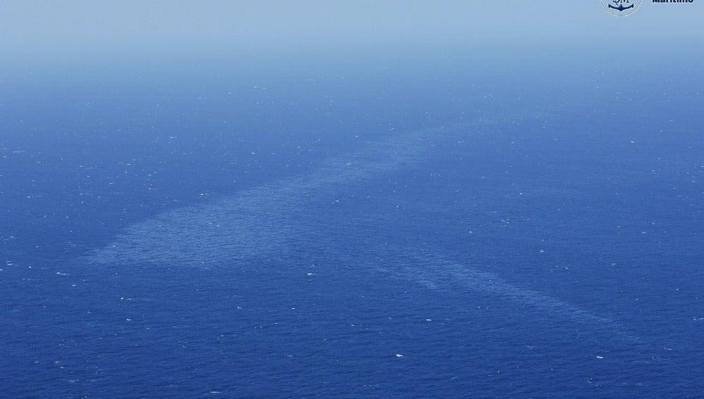 Un avión y tres embarcaciones continúan con las tareas de vigilancia de la mancha del pesquero ruso