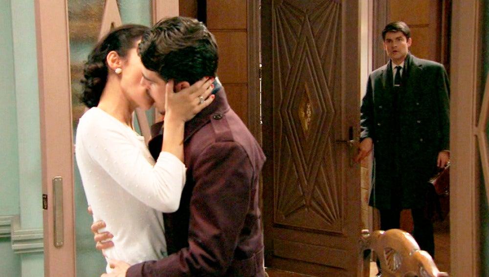 Julián y Laura se besan