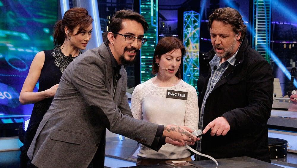 Russell Crowe y Olga Kurylenko con Marron en El Hormiguero 3.0