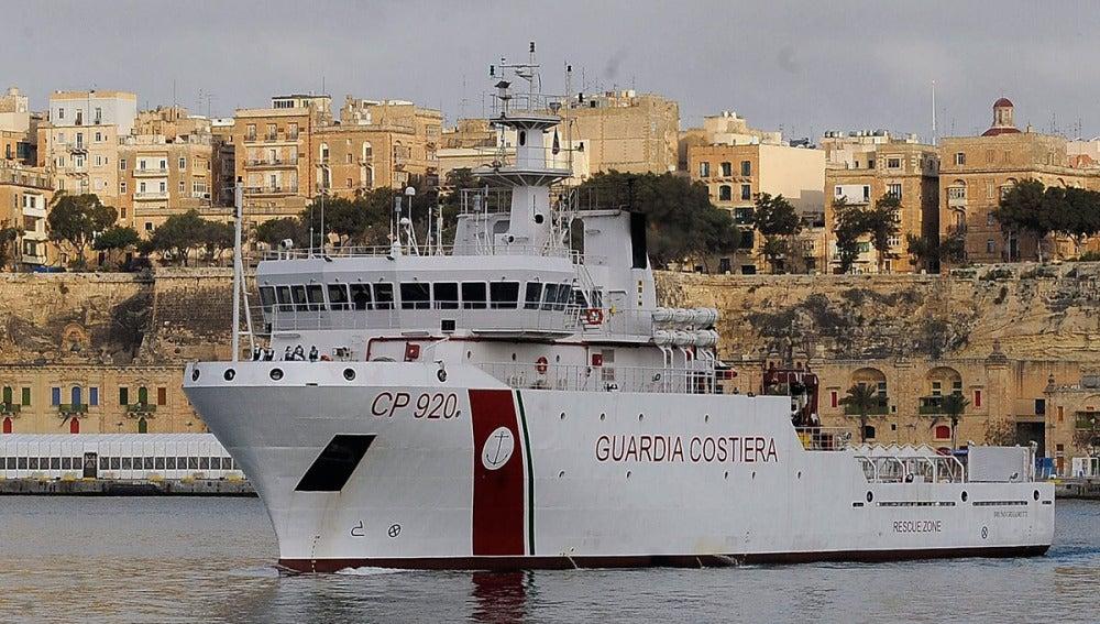 Miembros de la Guardia Costera italiana en el puerto de la Valeta en Malta
