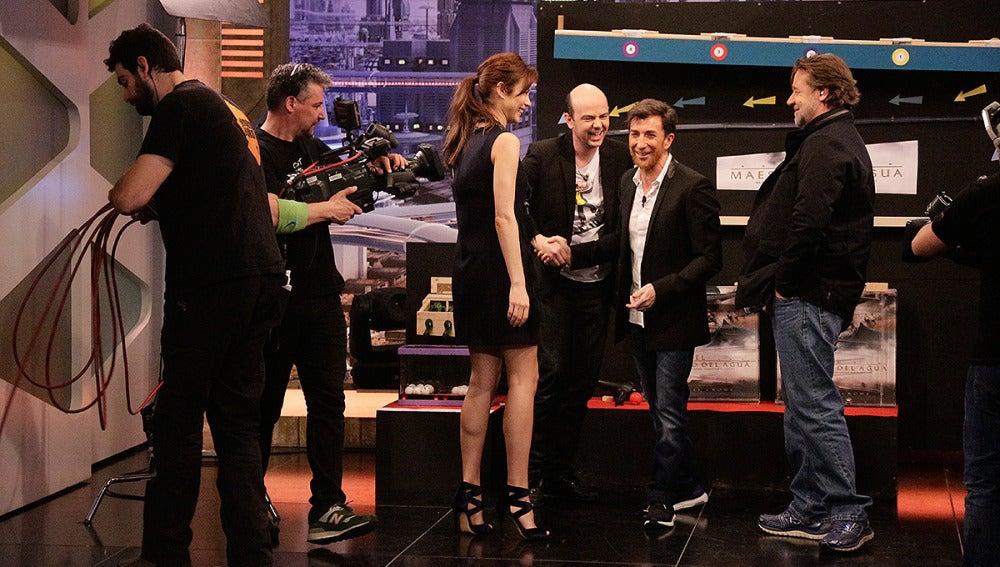 Russell Crowe y Olga Kurylenko con Jandro en El Hormiguero 3.0