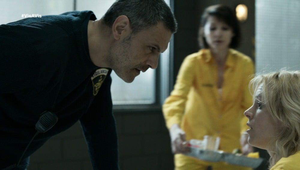 Fabio interroga a Macarene en el comedor