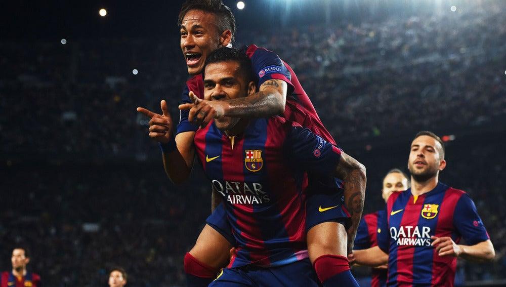Neymar y Alves celebran el 2-0 ante el PSG