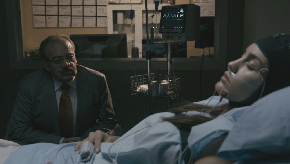Enrique habla con María en el hospital