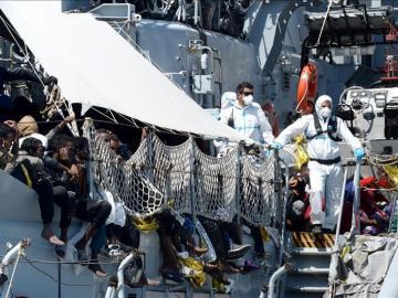 Guardia Costera de Italia rescata grupo de inmigrantes