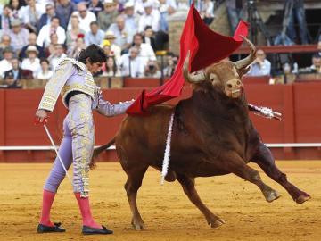 El diestro Sebastián Castella en la faena a su primer toro