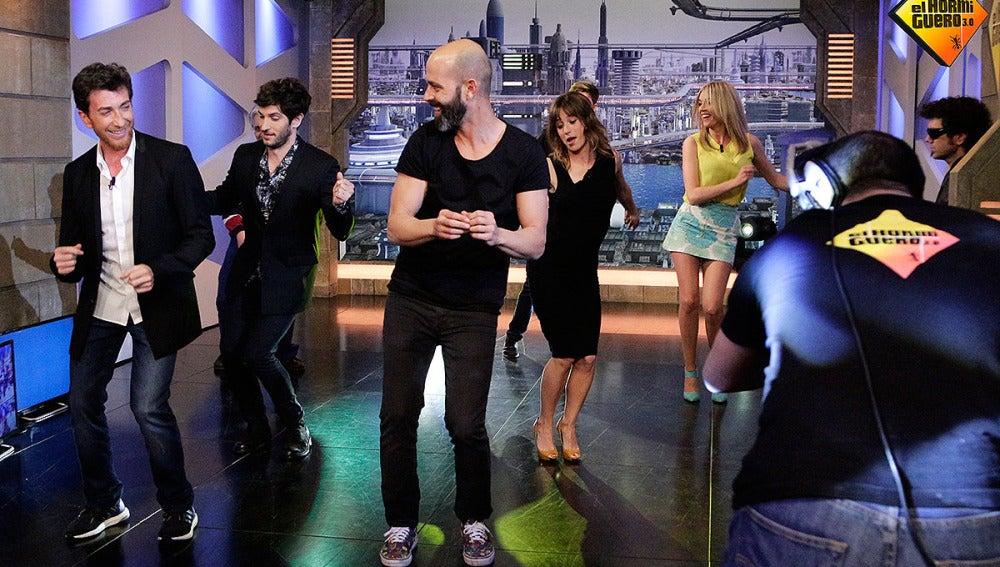 Quim Gutiérrez y Marta Etura bailando con el equipo