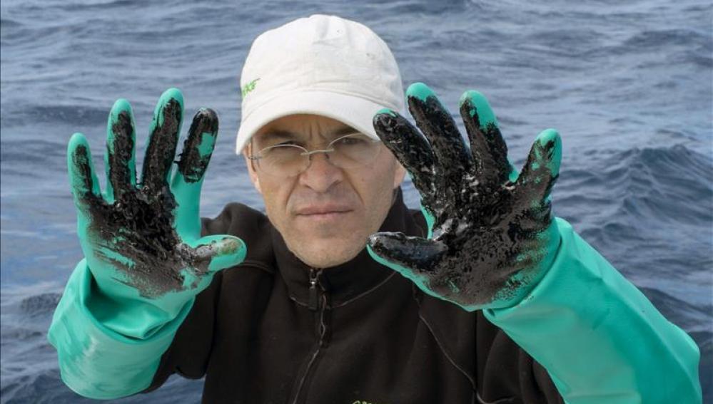 """Miembro de la organización que se han desplazado hoy en un barco hasta la zona del hundimiento del """"Oleg Naydenov"""", en aguas al sur de Gran Canaria."""