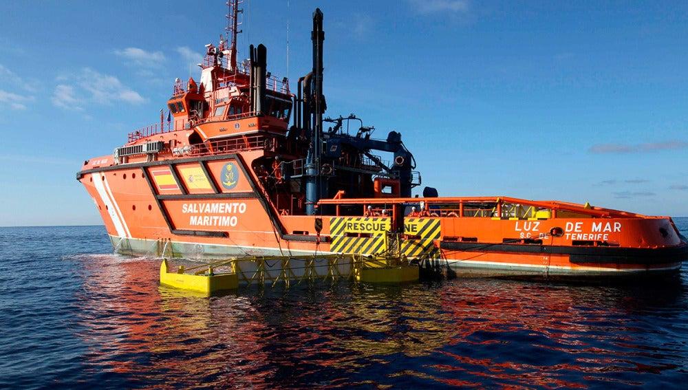 El barco Luz de Mar, de Salvamento Marítimo, realiza labores de búsqueda de combustible en la costa de Gran Canaria