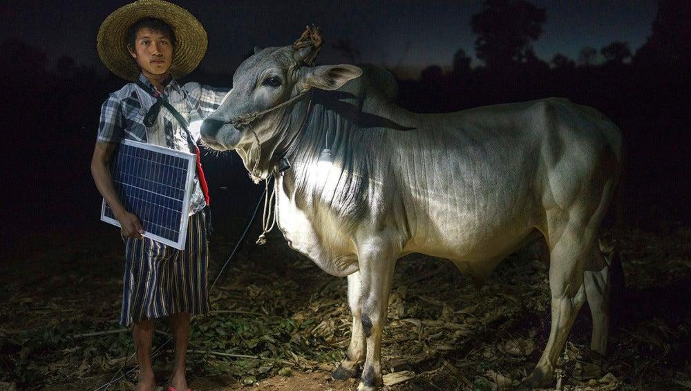 """Fotografía de la serie """"Solar Portraits in Myanmar"""""""