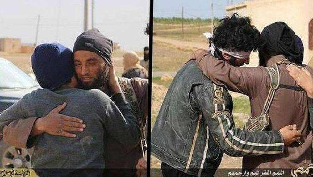 Yihadistas del Estado Islámico abrazan a dos homosexuales antes de lapidarlos