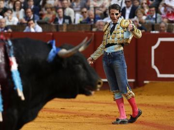 Padilla tras poner un par de banderillas vistiendo unos pantalones vaqueros tras ser enganchado en el muslo