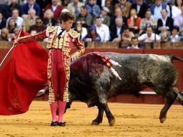 El diestro Manuel Escribano durante la faena a su primer toro