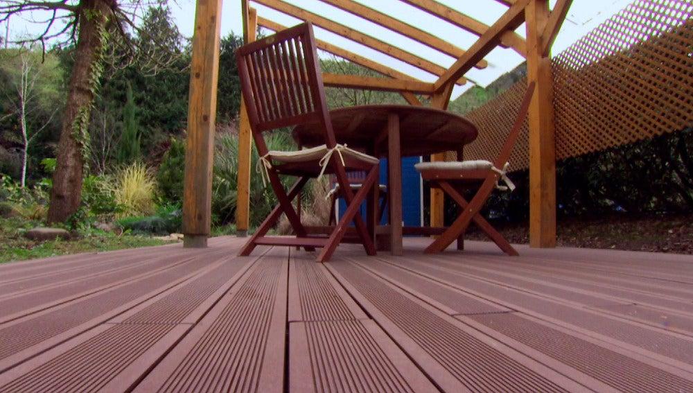 Cómo revestir el suelo del jardín con madera tecnológica