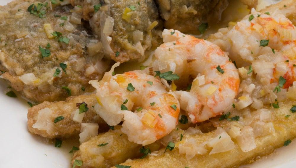 Langostinos en salsa con alcachofas y espárragos rebozados