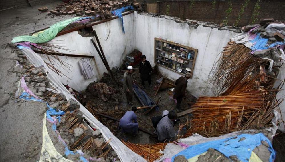Los vecinos tratan de recuperar algunas pertenencias tras derrumbarse sus hogares