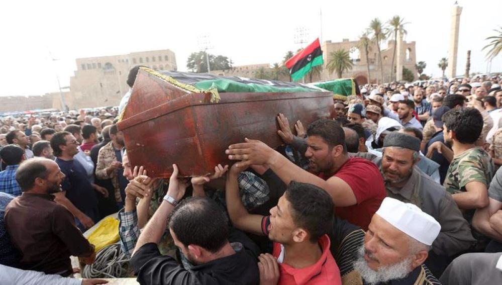 Un grupo de familiares libios durante un funeral