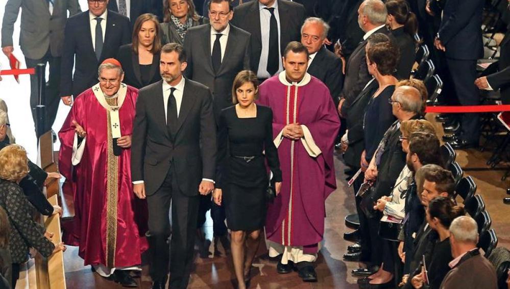 Los reyes, Artur Mas y Mariano Rajoy, a su llegada al funeral por las víctimas de la tragedia de Germanwings