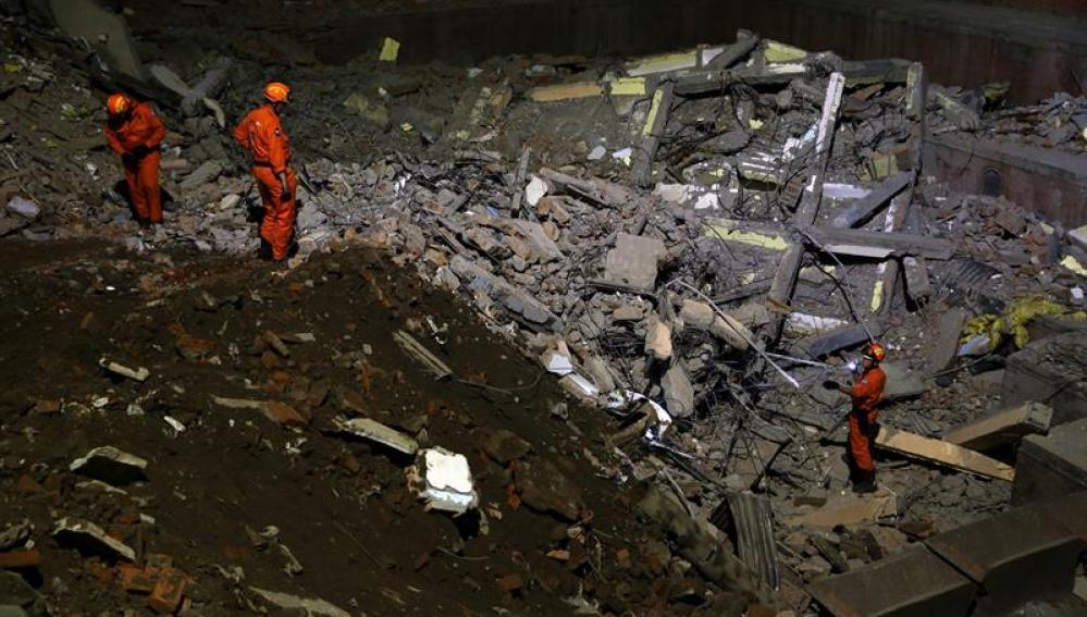 Varios miembros de un equipo de rescate buscan supervivientes