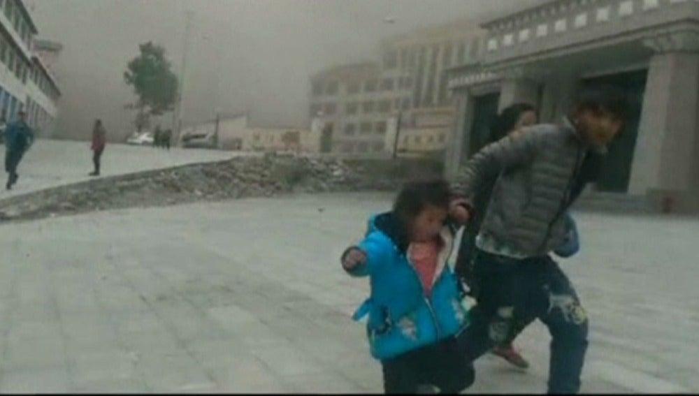 Un videoaficionado captó el momento del seísmo y el pánico en el Tíbet