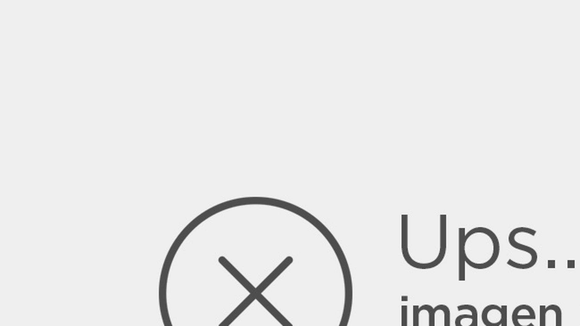 Andrew Lesnie junto a su Oscar por Mejor Fotografía