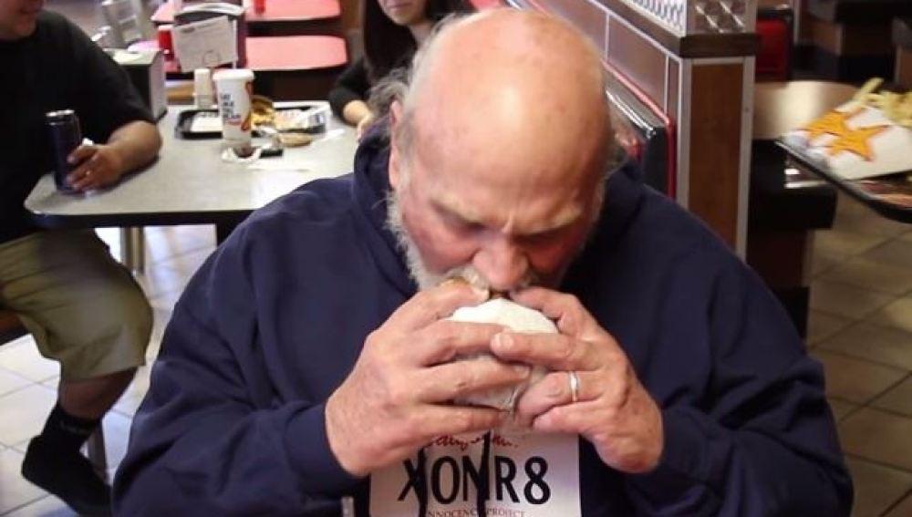 Michael Hanline disfrutando una hamburguesa