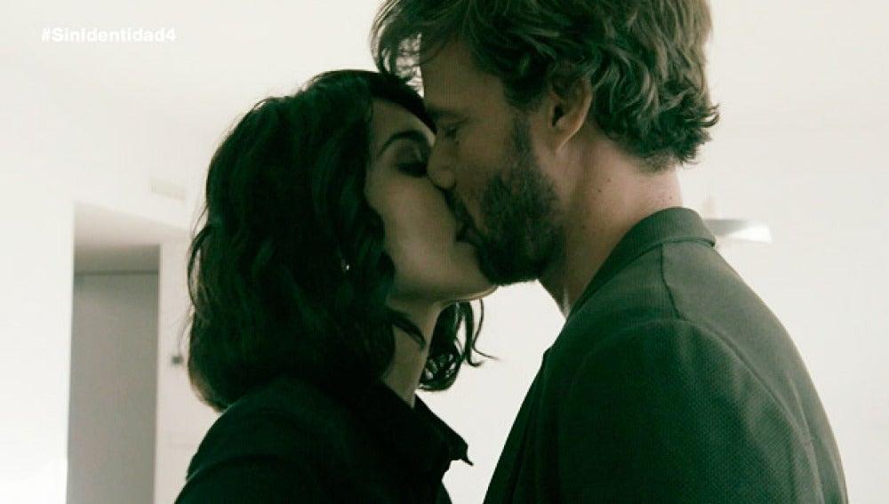 María besa a Pablo