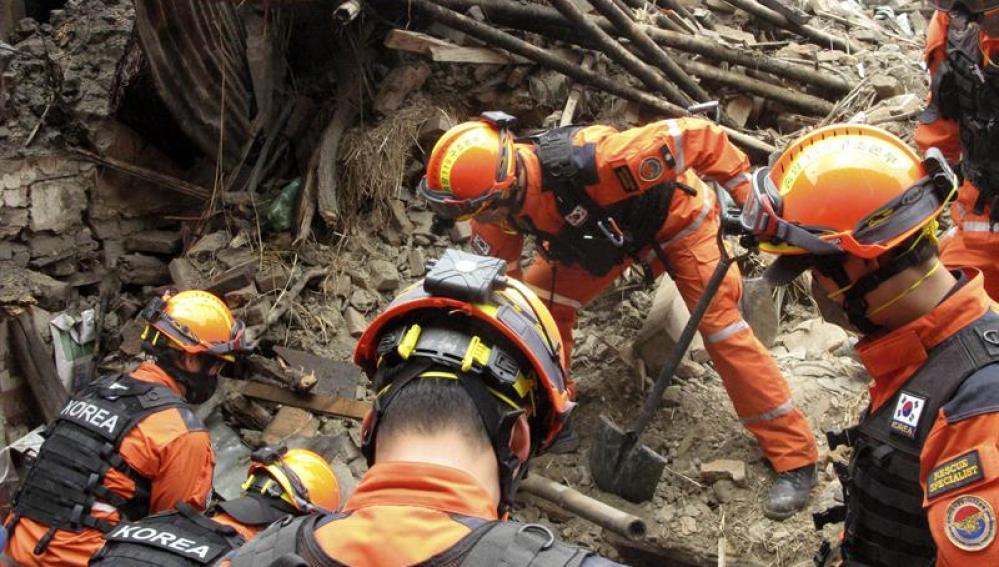 Miembros de los equipos de resctate trabajan en Bhaktapur
