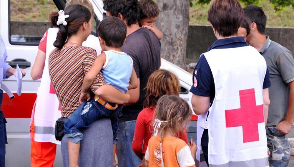 Cruz roja en un asentamiento de gitanos a las afueras de Italia.