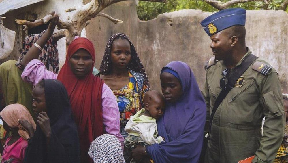 El Ejército de Nigeria en el bosque de Sambisa, (Nigeria) junto a un grupo de rescatados.