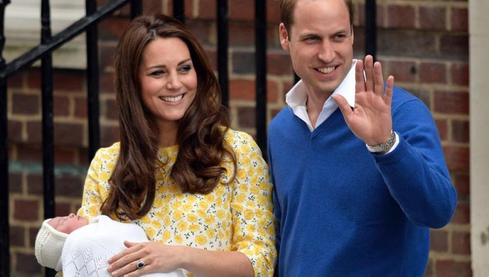 Los duques de Cambridge posan con su hija recién nacida.