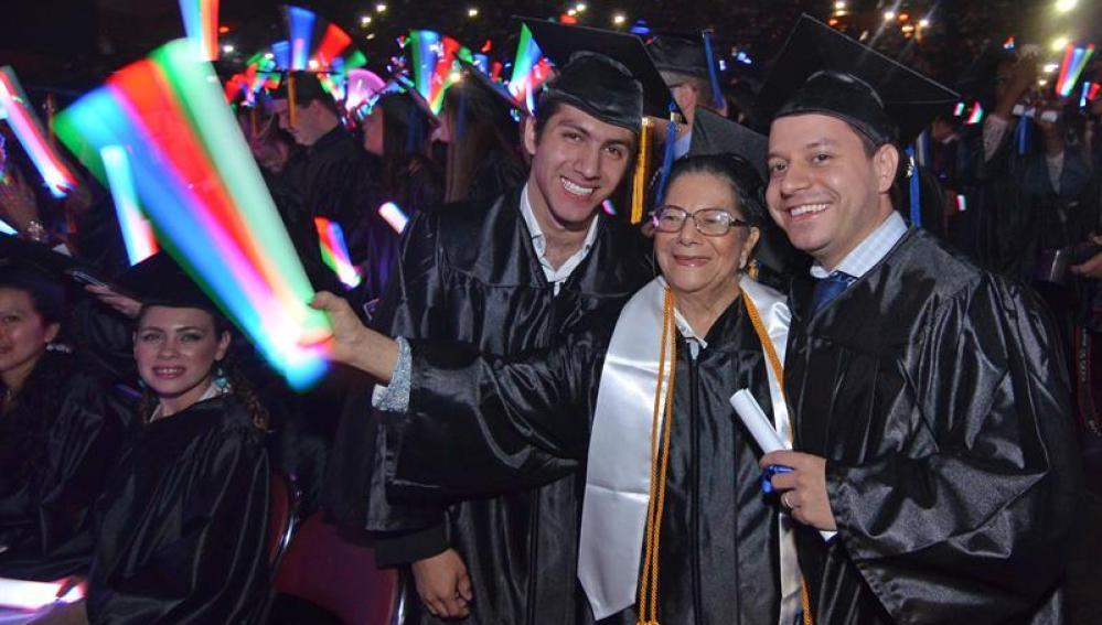 Rosa Elisa Salgado, junto a dos de sus nietos en su graduación