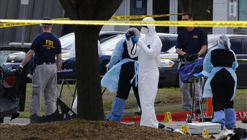 Trabajadores trasladan los cuerpos de los dos individuos que perpetraron un ataque ayer en Garland (Texas) contra una exposición de caricaturas de Mahoma