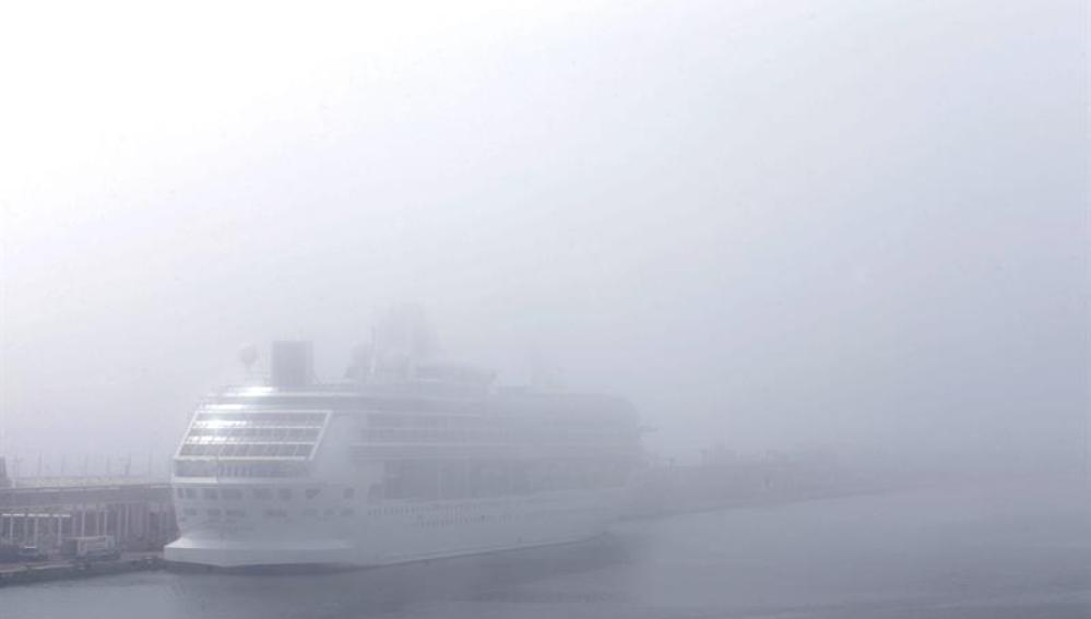 Un trasatlántico envuelto en niebla en el puerto de Barcelona.
