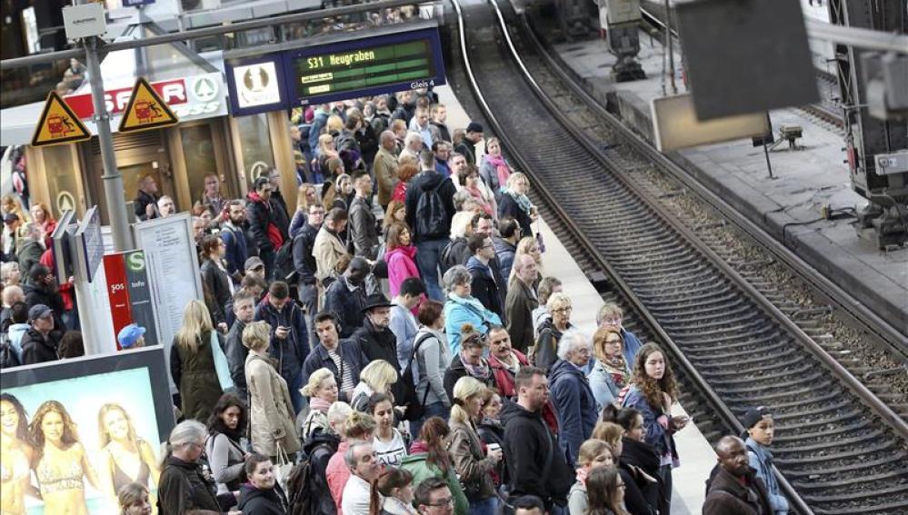 Una multitud se agolpa hoy en un andén del metro de Hamburgo (Alemania)