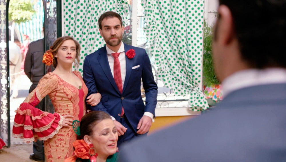 Carmen va a la caseta de Rober del brazo de Iñaki para darle celos