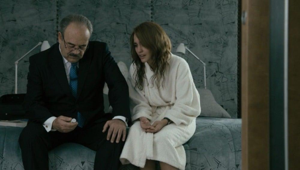 María le confiesa a Enrique que es adicta al opio