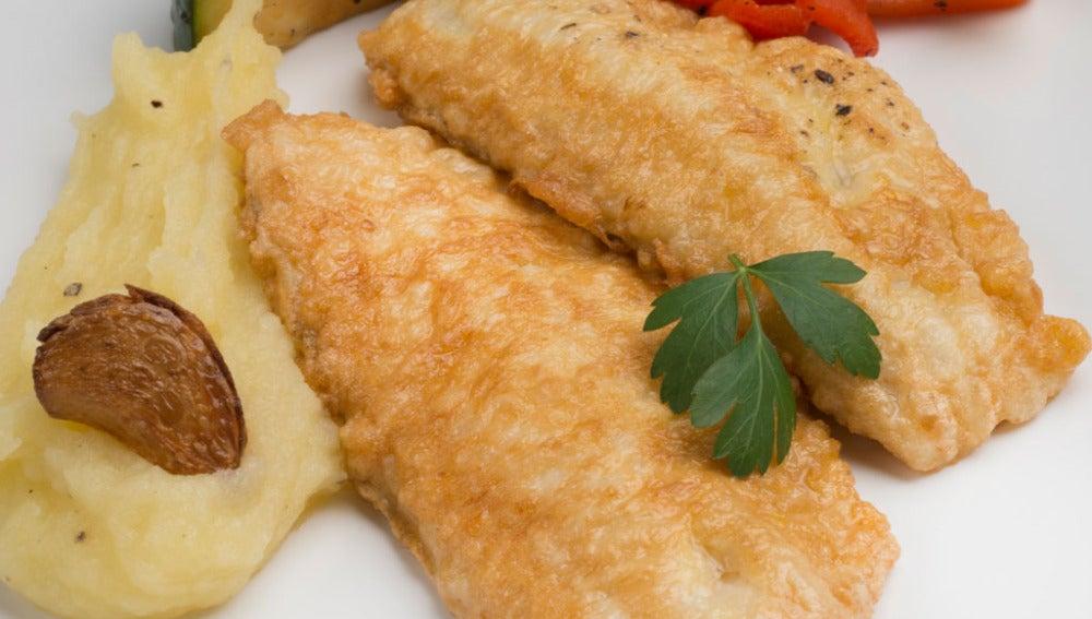 Pescado rebozado con puré de patata y verduras salteadas