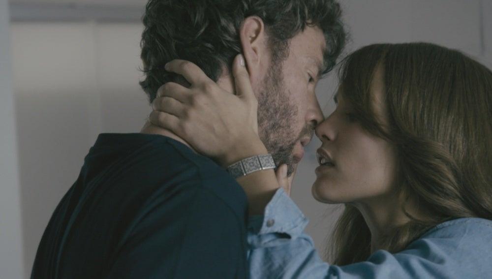 Pablo y María se besan