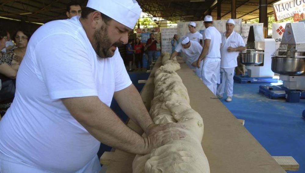Momento del amasado del pan artesano más grande del mundo